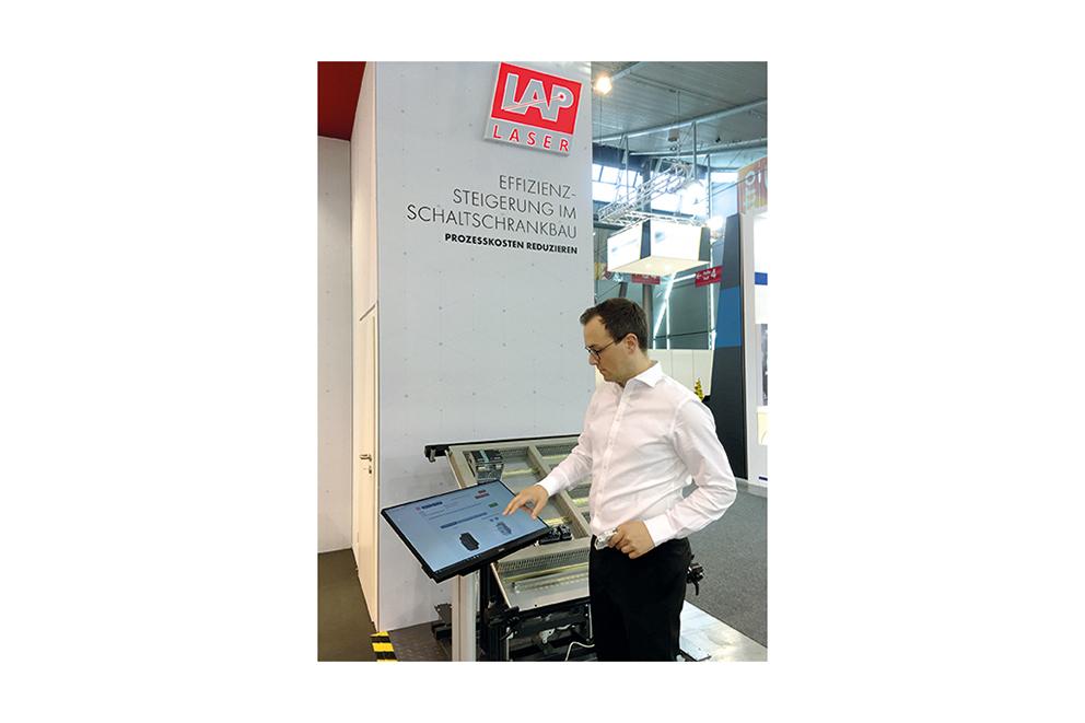 LAP demonstriert das Werkerassistenzsystem ASSEMBLY PRO für die Schaltschrankherstellung